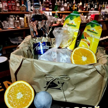 1L FINLANDIA vodka, 2x 1L orange juice, pomeranč, ice balls